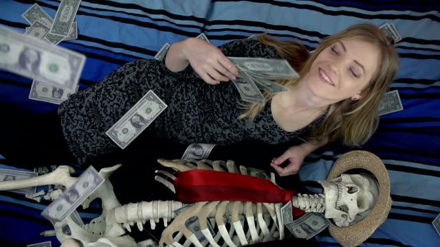 top view of widow laying next to her dead husband - i̇nsan i̇skeleti stok videoları ve detay görüntü çekimi