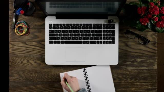 topp utsikt över trä bord med kontors materiel. - linjerat papper bakgrund bildbanksvideor och videomaterial från bakom kulisserna
