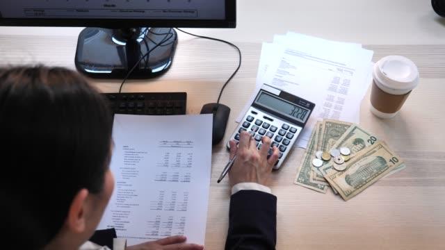 vista dall'alto donna che lavora ai rapporti finanziari - rapporto video stock e b–roll