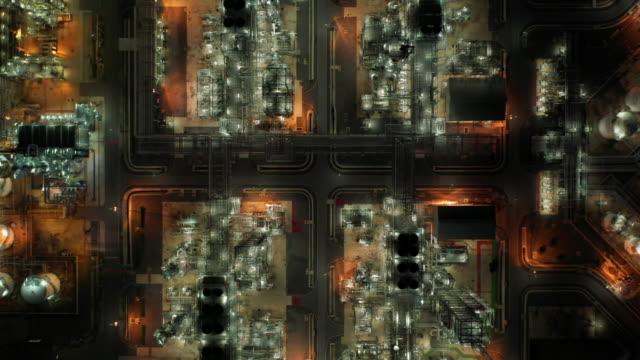 zoom in alto del settore delle raffinerie di petrolio in tempo reale - centrale elettrica video stock e b–roll