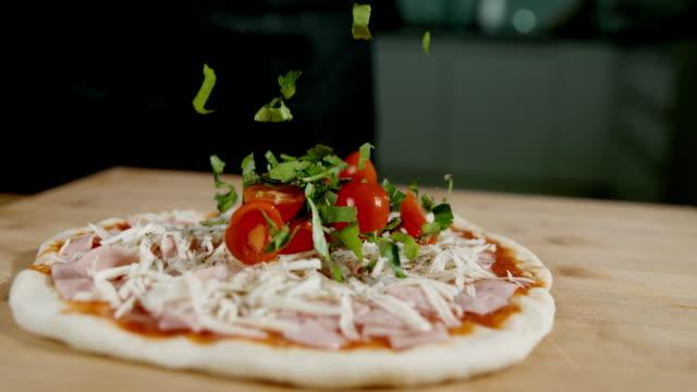 vídeos y material grabado en eventos de stock de slo mo encabezando la pizza con tomate fresco y especias - comida casera