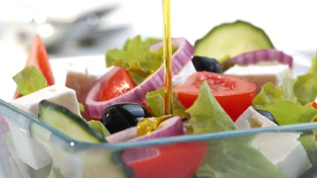 topping die salat mit olivenöl - salat speisen stock-videos und b-roll-filmmaterial