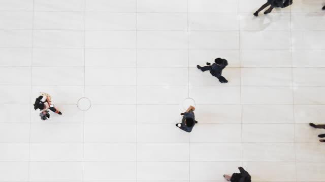 Top-View-Video der Crowd, die sich im Business Center bewegt – Video