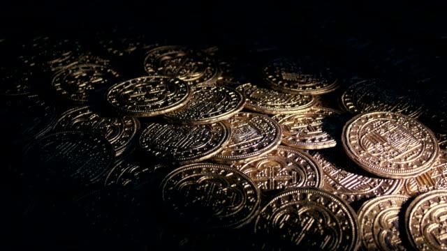 vídeos y material grabado en eventos de stock de antorcha de la pila de monedas de oro - accesorio financiero