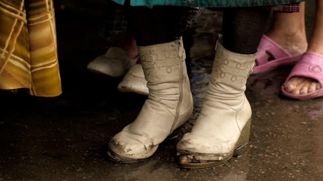 torn boots on a homeless woman - dziura filmów i materiałów b-roll