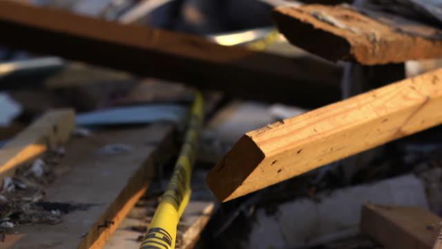 vídeos de stock, filmes e b-roll de tornado danos floresta casa - danificado