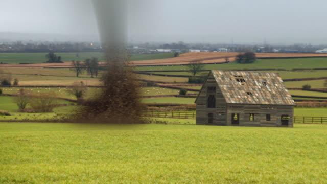 vidéos et rushes de tornade détruire barn - endommagé