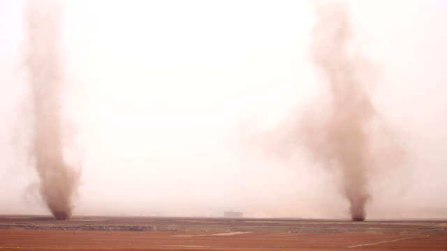 tornado che affluisce nel campo della provincia di gansu, cina - tornado video stock e b–roll