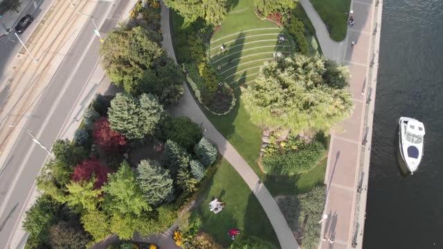 vídeos de stock, filmes e b-roll de jardim de música de toronto - alto descrição geral