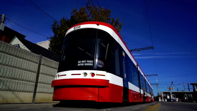 toronto new streetcars - tranvia video stock e b–roll