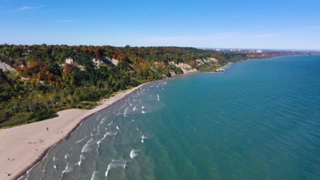 Video Toronto shore cliffs with colorful autumn leaves