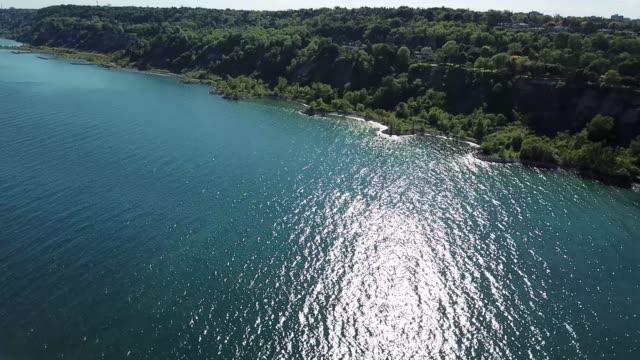 湖のあるトロントの海岸の崖 - 崖点の映像素材/bロール