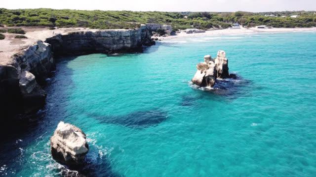 torre dell'orso, lecce, puglia, italy. aerial view of the beach, sea and cliffs - lecce video stock e b–roll