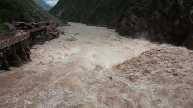 vídeos y material grabado en eventos de stock de agua del río torrente en el valle de china - río yangtsé