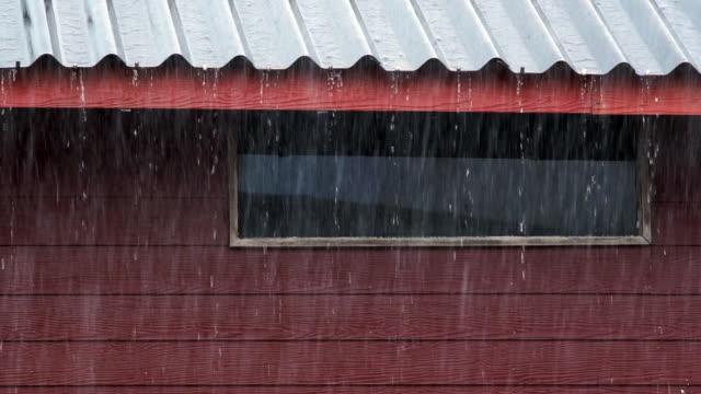 sintflutartige regenfälle, laufen sie auf dem dach - establishing shot stock-videos und b-roll-filmmaterial