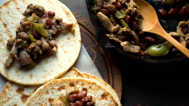 vídeos y material grabado en eventos de stock de vista superior tortilla y sartén con rellenos. video - comida mexicana