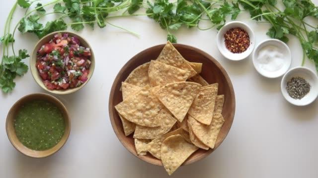 vídeos y material grabado en eventos de stock de totopos y salsa verde. - comida casera