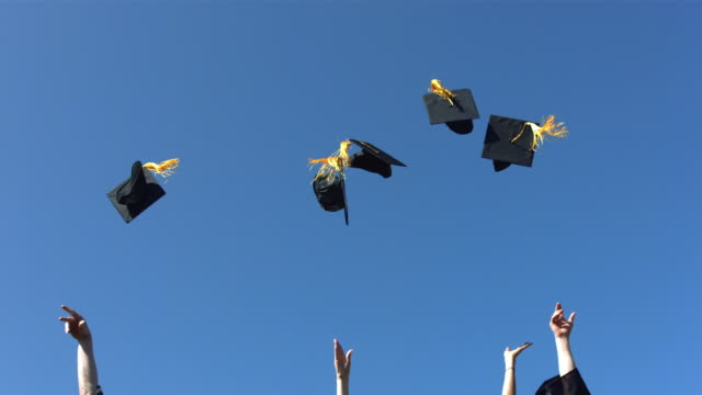 Tossing graduación caps, slow motion - vídeo