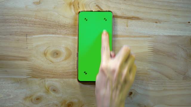 сенсорный и играть смартфон зеленый экран - white background стоковые видео и кадры b-roll