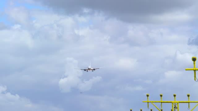 stockvideo's en b-roll-footage met touchdown boeing 737-800 - schiphol