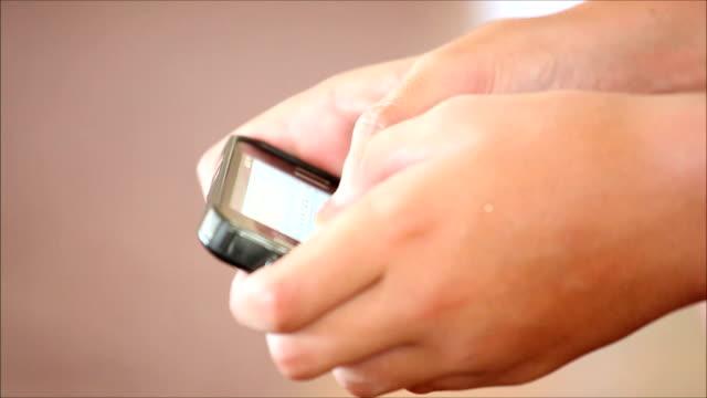 vídeos y material grabado en eventos de stock de pantalla táctil del teléfono móvil en las manos de un niño 2 - miembro humano