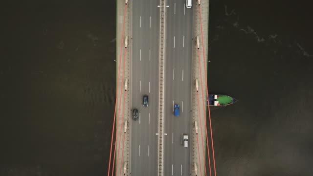 stockvideo's en b-roll-footage met tour boot gaat onder de brug. auto's rijden op de brug. - new world