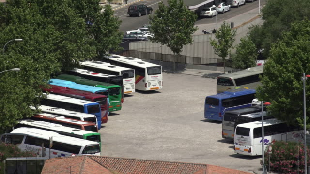 tour busse in parkplatz - tour bus stock-videos und b-roll-filmmaterial