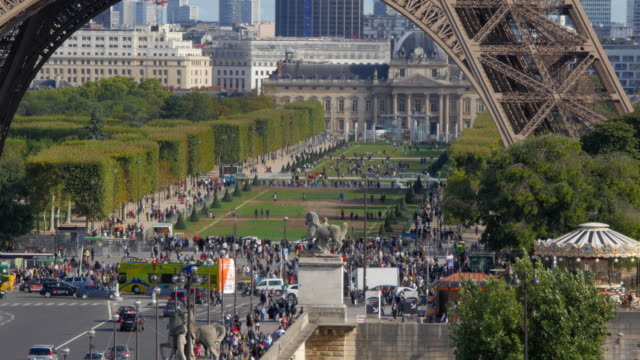 Tour Eiffel in a sunny day video