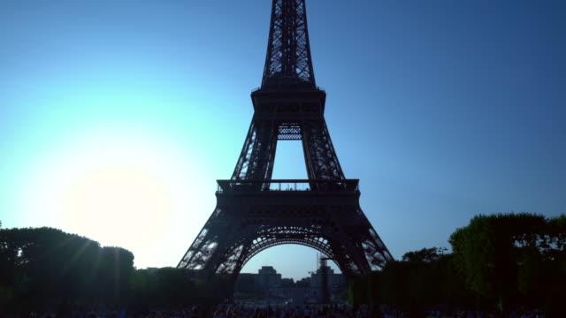パリのエッフェルを太陽と一緒に見学 ビデオ