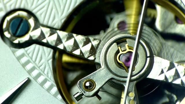 トゥールビヨンはホワイト ダイヤルにクローズ アップ - 時計点の映像素材/bロール
