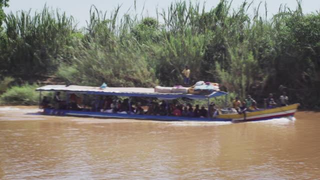 tourboat på floden - madagaskar bildbanksvideor och videomaterial från bakom kulisserna