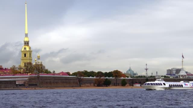 vídeos de stock, filmes e b-roll de canal de passagem de barco turístico pela fortaleza em st. petersburg rússia - campeonato esportivo
