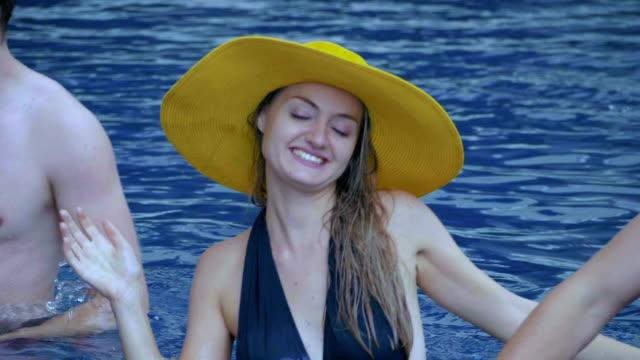 Turismo bailando y divirtiéndose en la piscina. - vídeo