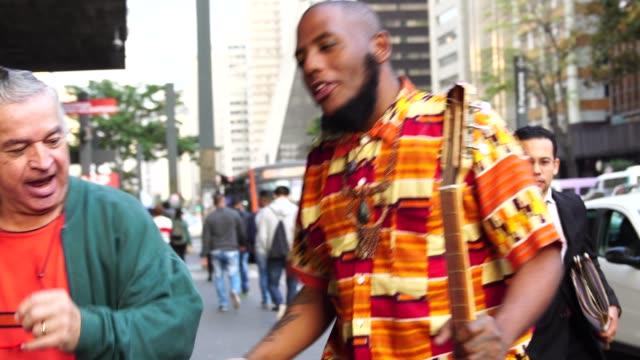 turist dansa och ha kul med en afro nedstigningen rappare - bekymmerslös bildbanksvideor och videomaterial från bakom kulisserna