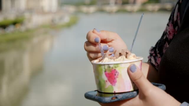 vídeos de stock, filmes e b-roll de gelato de comer turista - gelato