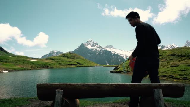 turist utsikt över sjön på bachalpsee-första grindelwald schweiz - grindelwald bildbanksvideor och videomaterial från bakom kulisserna