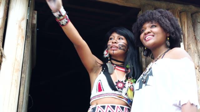 stockvideo's en b-roll-footage met toeristische ervaart een nieuw bezoek in tupi guarani inheemse dorp - afro amerikaanse etniciteit
