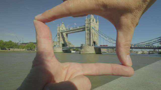 彼の手で観光フレーミング タワー ブリッジ - 指点の映像素材/bロール
