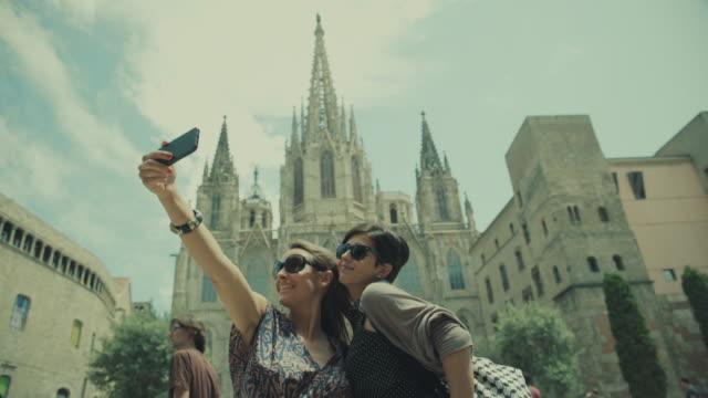 Tourist girls in barri gotic, Barcelona, Spain video