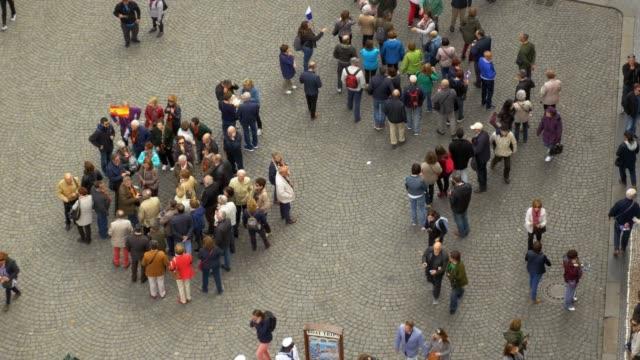 在布拉格老城旅遊團體會議 - 廣場 個影片檔及 b 捲影像