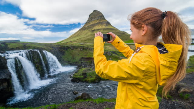 vidéos et rushes de tourisme en islande, prendre des photos de la cascade de kirkjufellsfoss - photophone