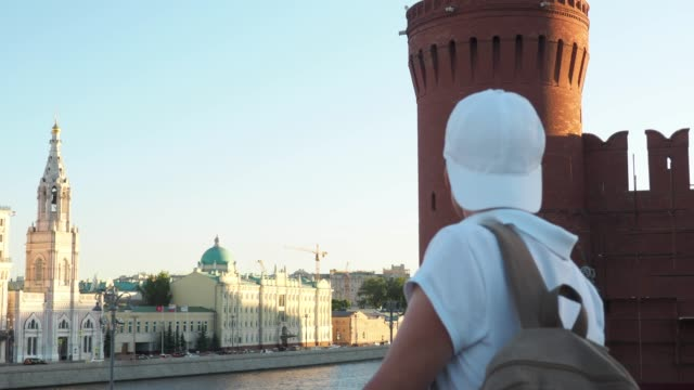 tourist is exploring moscow - rzeka moskwa filmów i materiałów b-roll