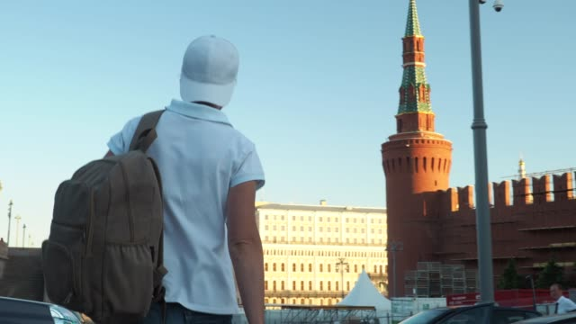 turist är att utforska moskva - vasilijkatedralen bildbanksvideor och videomaterial från bakom kulisserna