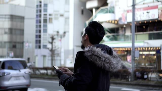 旅行中に都市地図を探索する観光客の男 - 方向点の映像素材/bロール