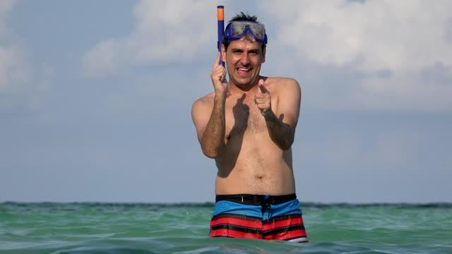 tourist man hat spaß am schwimmen im ozean - spring break stock-videos und b-roll-filmmaterial