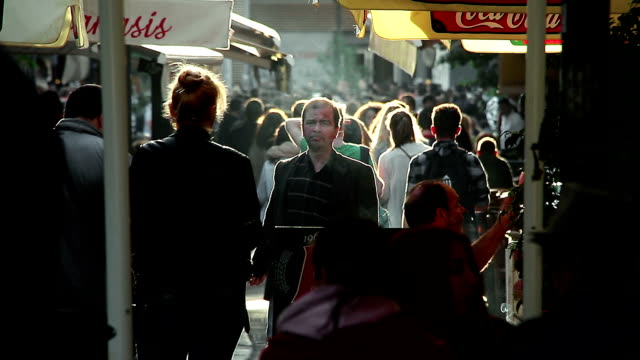 stockvideo's en b-roll-footage met toeristische mensen lopen in de straat bij zonsondergang in athene: toerisme, winkelen - athens