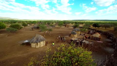 vídeos de stock e filmes b-roll de heli turista fotografar da tribo himba - aldeia