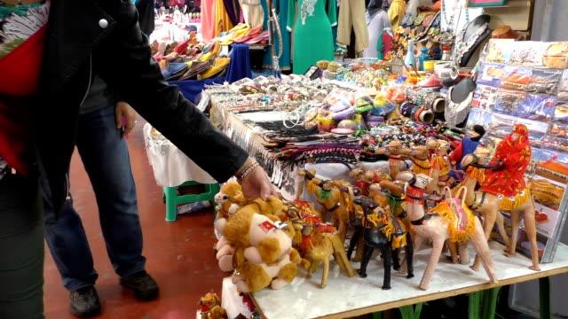 turistiche negozio di souvenir nel mercato marakesh scegliere - souk video stock e b–roll