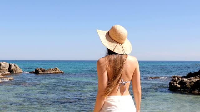 vídeos de stock, filmes e b-roll de turista que alcanga a praia e que respira o ar fresco - relevo