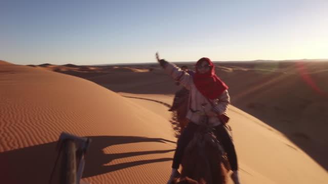 Tourist Reitkamelzug in der Sahara, Afrika – Video